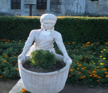 Çiçek Sepetli Kız Heykeli